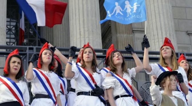 Во Франции отстояли «маму» и «папу» — но лишь на год
